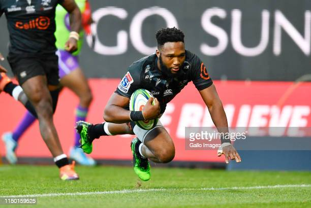 Lukhanyo Am of The Sharks scores a try during the Super Rugby match between DHL Stormers and Cell C Sharks at DHL Newlands on June 15 2019 in Cape...