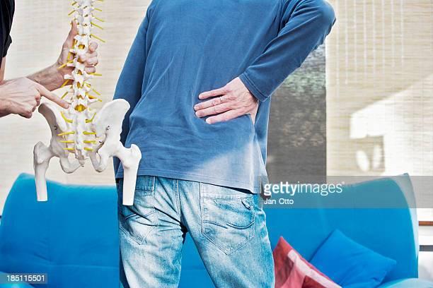lendenwirbelsäule schmerzen - hernie stock-fotos und bilder