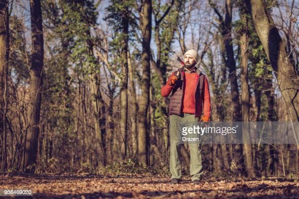 木こり斧で森の中で