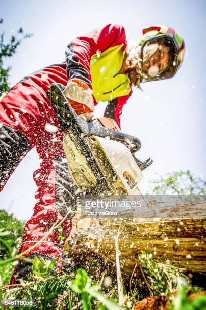 Holzfäller Frau Sägen mit der Motorsäge