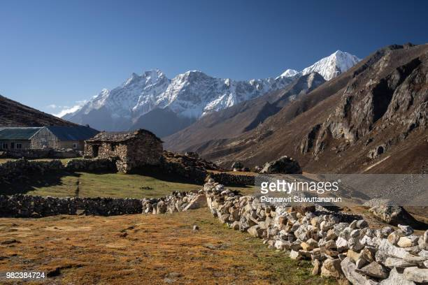 lumde village, small village in everest region, himalayas mountain range, nepal - clima alpino foto e immagini stock