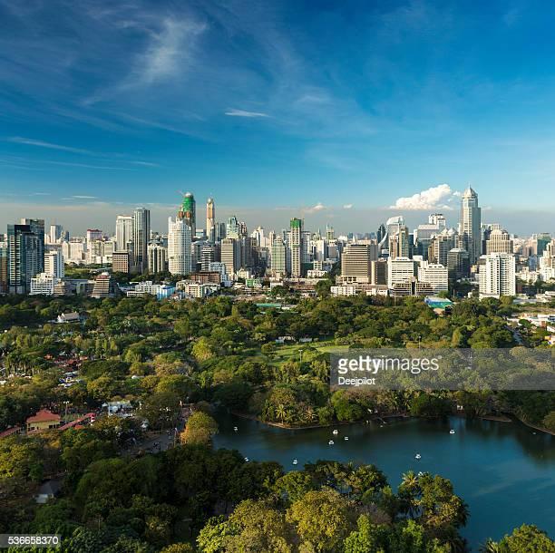 Parc Lumphini et les toits de la ville dans le centre-ville de Bangkok, en Thaïlande