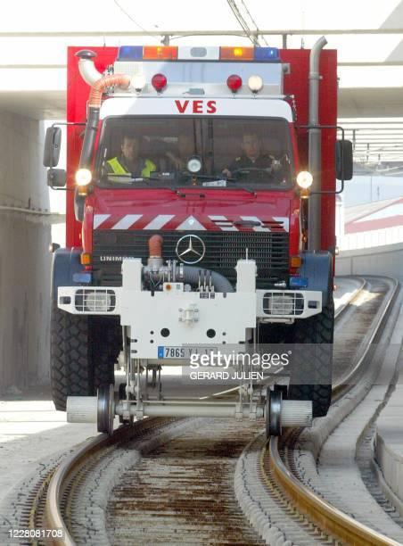 L'un des nouveaux véhicules rail-route d'intervention des pompiers dans les tunnels et milieu ferroviaire, le VES , roule sur une voie ferrée lors de...