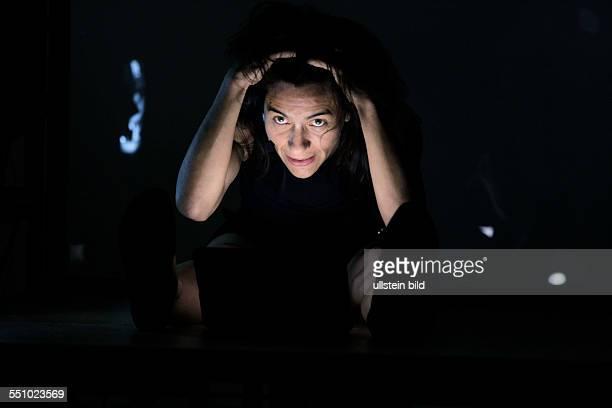 Luna Park Musiktheater von Georges Aperghis MusikerSchauspieler die physisch voneinander abgeschnitten sind treten allein über Videoscreens...