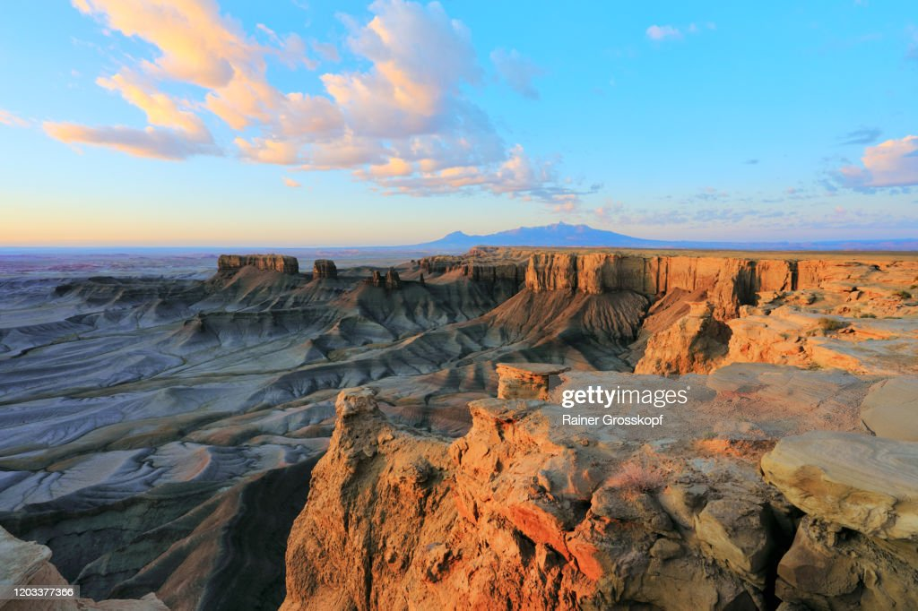 Lunar landscape with cliffs illuminated by the rising sun in a desert landscape : Stock-Foto
