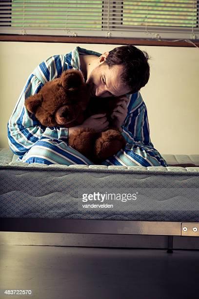 Lunatic en pijama de rayas con Osito de peluche