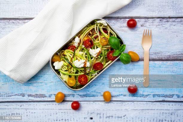 lunch box with zoodles (no plastic) - larissa veronesi stock-fotos und bilder