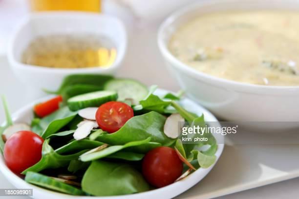 昼食-ブロッコリチェダーチーズのパン、スープ、サラダ