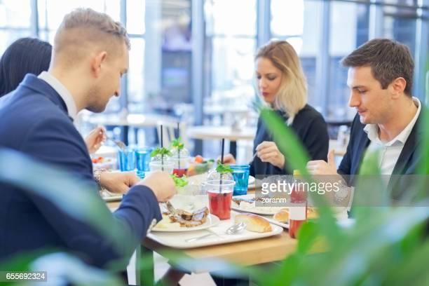 Déjeuner à la cafétéria