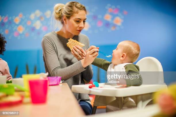 lunchtijd op het afspeelgebied - familie met één kind stockfoto's en -beelden