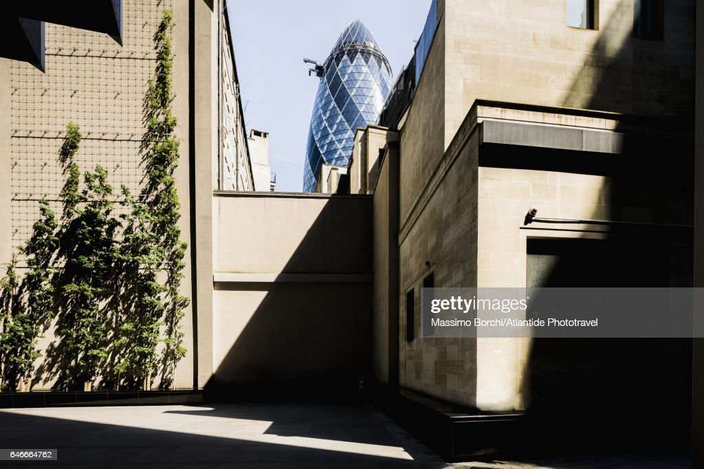 Lunch time in The City, on the background the Swiss Re Tower (Norman Foster architect), known as The Gherkin : Stock Photo