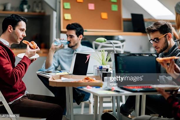 Mittagessen im Büro.