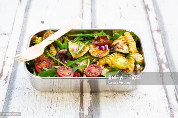 lunchbox with pasta salad - larissa veronesi stock-fotos und bilder