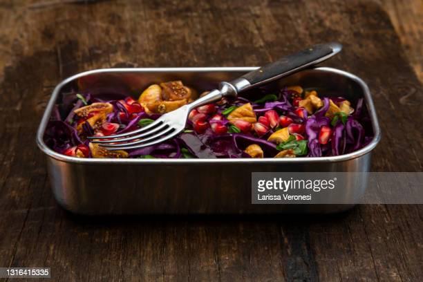 lunchbox with vegan red cabbage salad - larissa veronesi stock-fotos und bilder