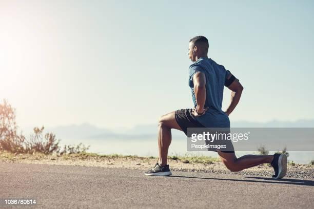 lunging é bom para as pernas - flexionando perna - fotografias e filmes do acervo