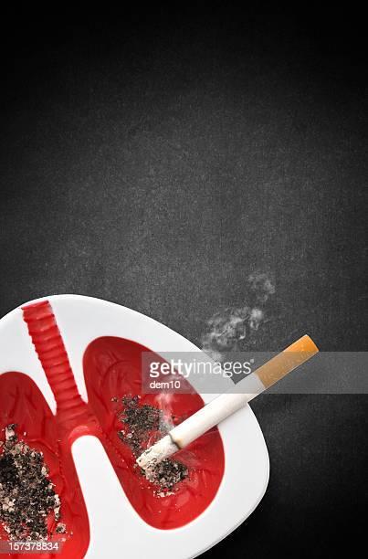 lungen form und zigaretten aschenbecher - raucher lunge stock-fotos und bilder