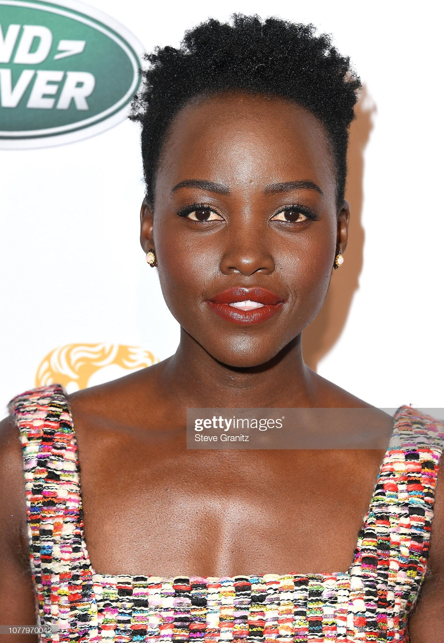 ¿Cuánto mide Lupita Nyongo? - Altura - Real height Lupita-nyongo-arrives-at-the-the-bafta-los-angeles-tea-party-at-four-picture-id1077970042?s=2048x2048