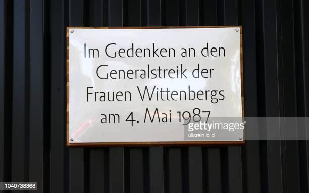Lutherstadt Wittenberg Gedenktafel an den Generalstreik der Frauen Wittenbergs am 4Mai 1987 am Assissi Panorama / kunstwerk der Künstlerin Luise...