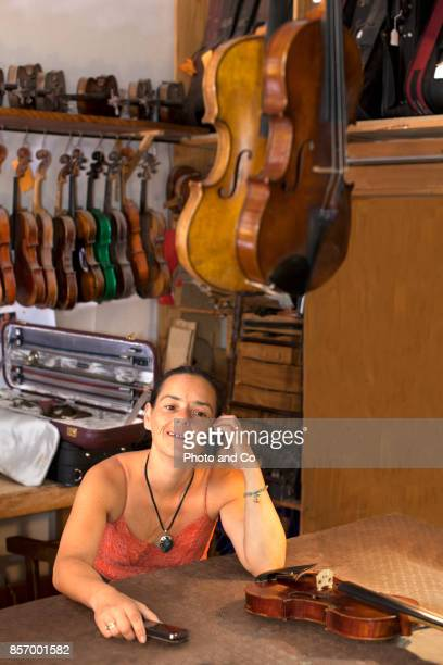 luthier women with a phone