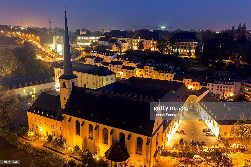 Luxembourg, Luxembourg City, Neumunster Abbey, Illuminated church and surrounding cityscape : Stock-Foto