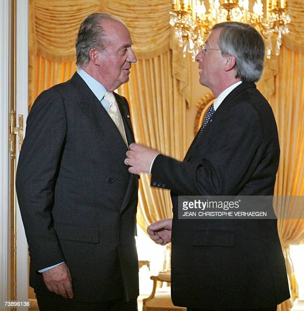 Spain's King Juan Carlos chats with Luxembourg Prime Minister JeanClaude Juncker during an official visit with Queen Sofia 16 April 2007 at the Grand...