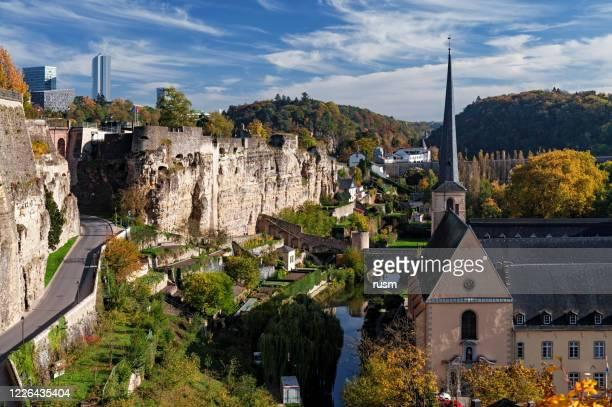 秋にはルクセンブルク旧市街(ヴィル・バッセ)の景色を望めます。 - ルクセンブルク ストックフォトと画像