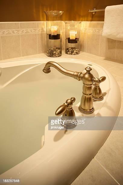 Luxurios de la salle de bains une baignoire avec jacuzzi.