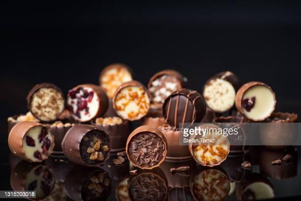 ナッツとドライフルーツとルクスリエスチョコレートパイルキャンディー - ダークチョコレート ストックフォトと画像
