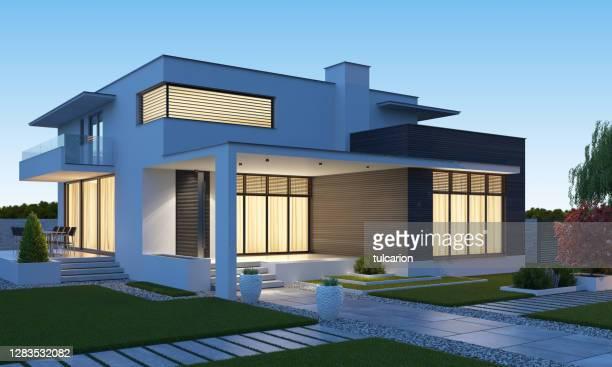 lujosa hermosa villa moderna con jardín de patio delantero al atardecer. - chalet veraniego fotografías e imágenes de stock
