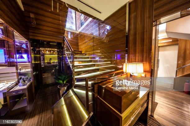 モダンなレストランで豪華な高研磨ハードウッド階段 - チーク ストックフォトと画像
