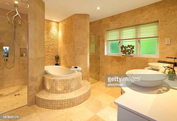 Luxuriöses Marmorbadezimmer