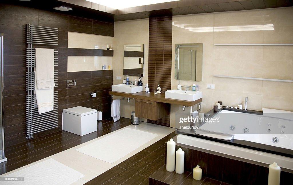 Luxuriose Moderne Weisse Badezimmer Mit Dunklen Holzboden Stock Foto