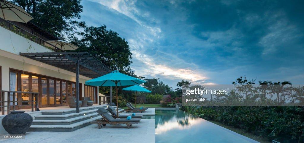 Luxuriöse Villa Mit Pool Bei Bewölkten Sonnenuntergang In ...