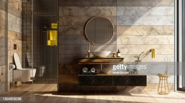 シャワー、トイレ、鏡、黄色のタオルが備わる豪華なバスルームインテリア。 - 家庭の備品 ストックフォトと画像
