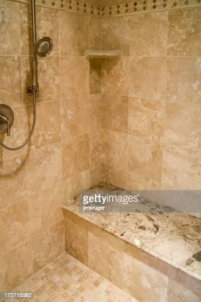 Salle de bains de luxe avec douche.