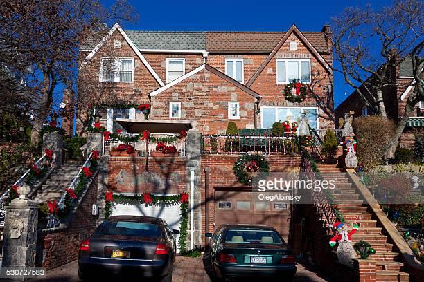 maison de luxe de brooklyn avec des décorations de noël et new york. ciel bleu. - pere noel voiture photos et images de collection