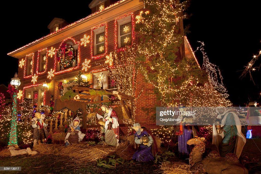 Luxushotel in Brooklyn Haus mit Weihnachtsbeleuchtung in der Nacht, New York. : Stock-Foto
