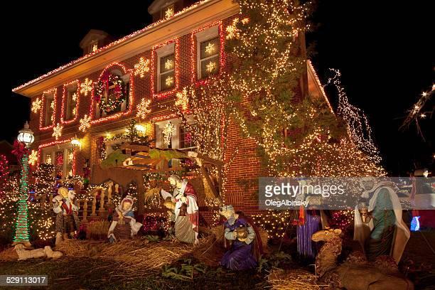 Luxushotel in Brooklyn Haus mit Weihnachtsbeleuchtung in der Nacht, New York.