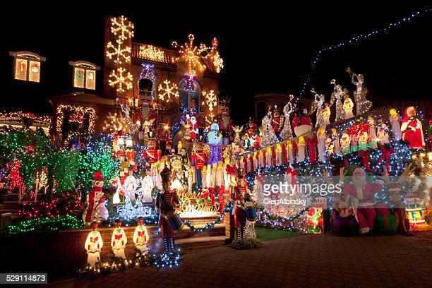 luxushotel in brooklyn haus mit weihnachtsbeleuchtung in der nacht, new york. - new york weihnachten stock-fotos und bilder