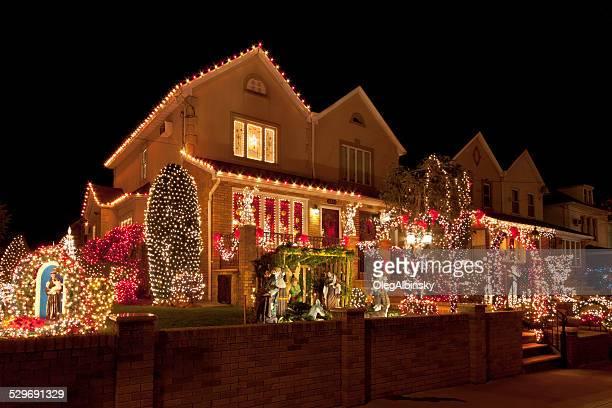 Luxushotel in Brooklyn Häuser mit Weihnachten Lichter in der Nacht, New York.