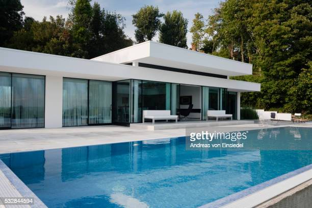 luxury bungalow with state of the art interior - swimming pool stock pictures, royalty-free photos & images