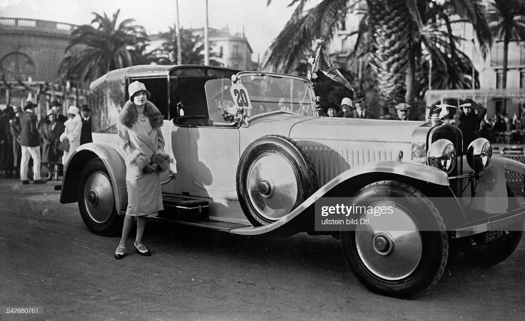 Luxury cars 'Countess Contades with her Hispano-Suiza convertible' (Original text) - 1927 - Published by: 'Die Dame' 18/1927 Vintage property of ullstein bild : News Photo