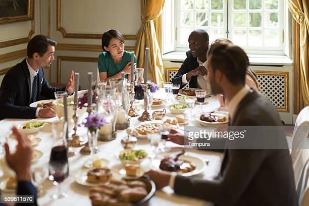 De la cena, amigos comiendo juntos