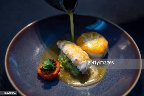 luxury fine dining, fried scallops, black caviar and shrimp - cuisine française photos et images de collection