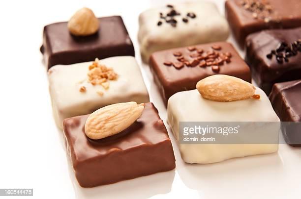 Luxus handgemachte weiß, Milch, dunkle Schokolade, isoliert auf weiss