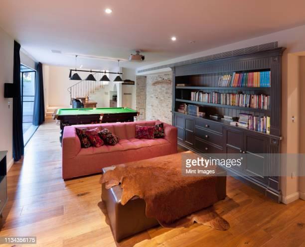 luxury home library with pool table - poolbillard billard stock-fotos und bilder