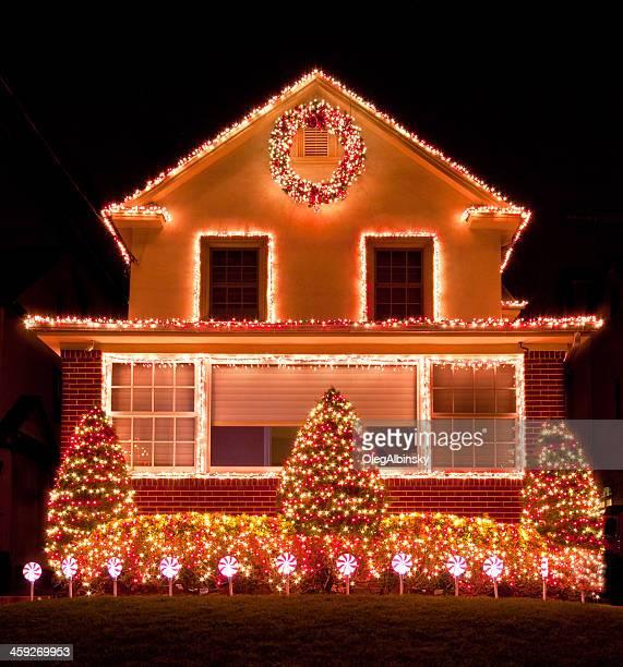 Lusso casa con luci di Natale di notte, a Brooklyn, New York.