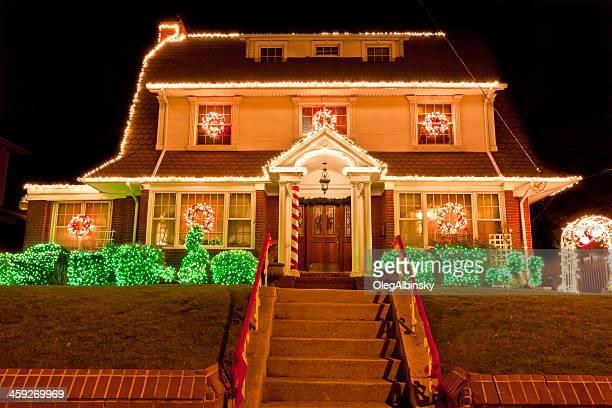 Luxuriöses Heim mit Lichterkette bei Nacht, Brooklyn, New York.