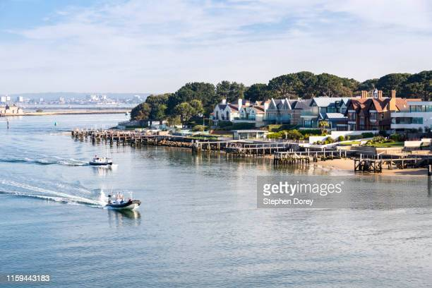 luxury houses on the sandbanks peninsula in poole harbour, dorset uk - sandbanks has some of the most expensive real estate in the uk. - 英国 ドーセット ストックフォトと画像