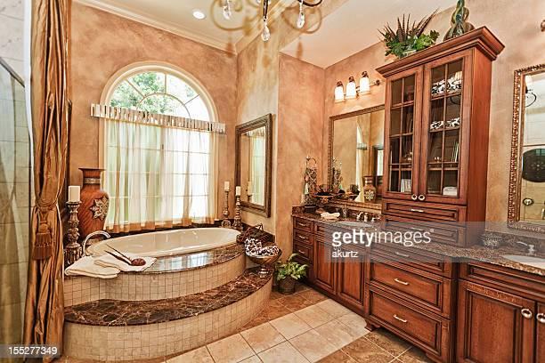 豪華なマスターバスルームには、カスタムキャビネット作業美しいバスタブ